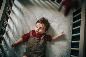 Bild zum Beitrag Beste Babybetten. Ein schlafendes Kind im Babybett