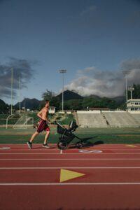 Weiteres Bild zum Beitrag Kinderwagen Test 3 in 1. Ein Jogger mit seinem Kinderwagen